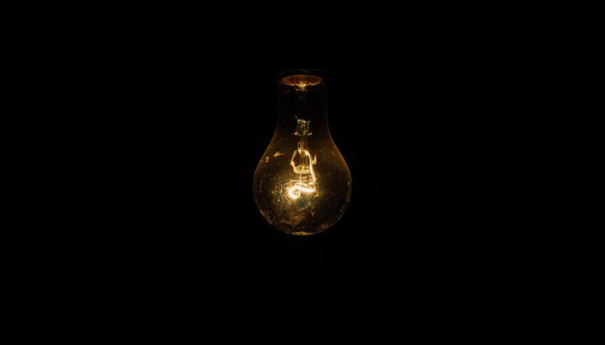 Universal socket for light bulbs
